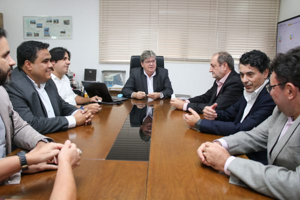 João Azevêdo discute parcerias com representantes de investidores espanhóis